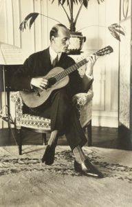 Великий князь Михаил Александрович играет на гитаре