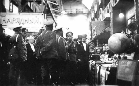 Посещение императором Николаем II и сопровождающими его лицами Брянского завода в Бежице. 1915 г.  Директор Брянского завода Б. И. Буховцев на первом плане справа. РГАКФД.