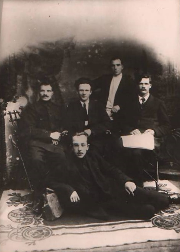 Брянские революционеры (слева направо) М. Кульков, И. Фокин, В. Голосов, Г. Крапивницкий, на переднем плане - Г. Баллод. Предположительно 1918-1920 гг. Источник: www.archive-bryansk.ru