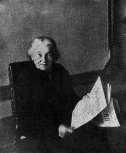 Е. К. Брешко-Брешковская за чтением газет. 1917 г.