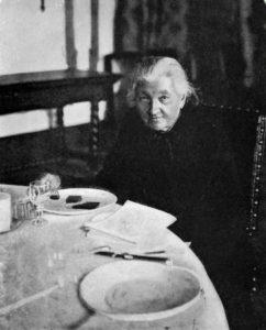 Е. К. Брешко-Брешковская за столом. 1917 г.