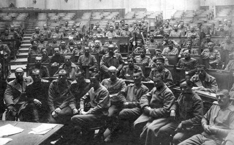 Группа депутатов съезда фронтовиков на Совете солдатских депутатов в Таврическом дворце. Петроград, 25 марта 1917 г.