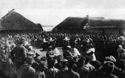 Пасха на фронте. Фото из журнала «Искры» №13 за 1917 г.