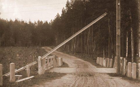 Гатчина. 42-я верста. Вид открытого шлагбаума. Фото 1910-х гг.