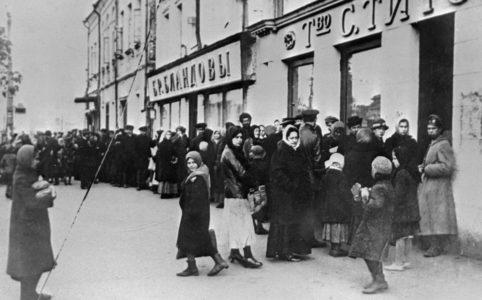 В очереди за хлебом. Петроград. 1917 г.