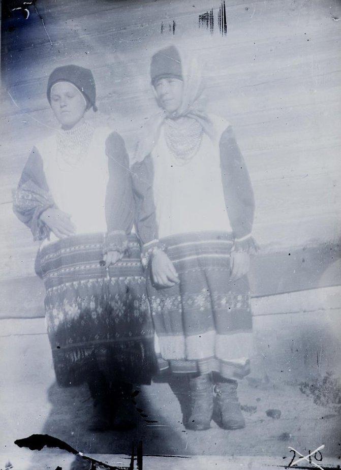Молодухи в традиционных костюмах. с. Ружное. Из коллекции этнографа Н. И. Лебедевой. 1925 г.
