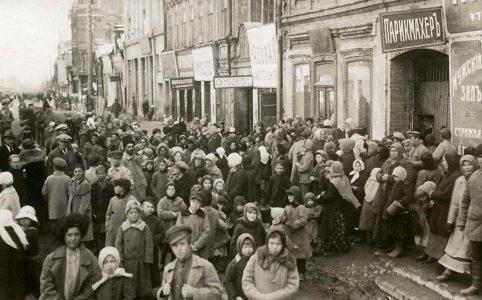 Хлебная очередь в Петрограде. 1917 г.
