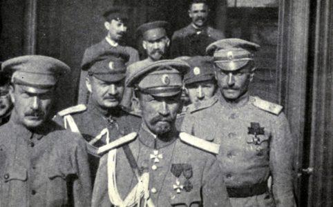 Генерал Лавр Корнилов (на первом плане) с офицерами. Фото 1917 г.