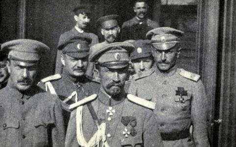 Л. Корнилов (в центре), Б. Савинков (слева). Лето 1917 г.