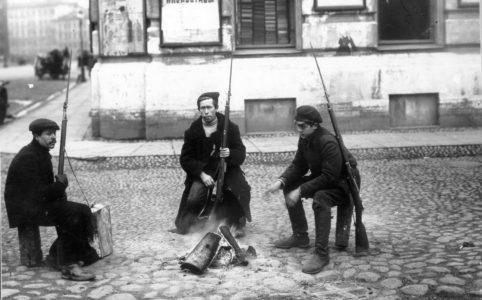 Красногвардейский патруль у костра на улице в Петрограде. Ноябрь 1917 г.