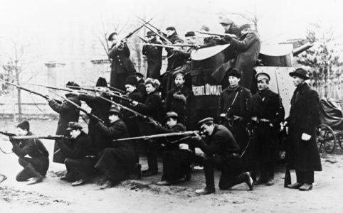 Красногвардейцы Петрограда возле броневика «Лейтенант Шмидт». Ноябрь 1917 г.
