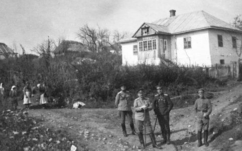 Василий Кравков с докторами в Завалуве. Октябрь 1916 г.