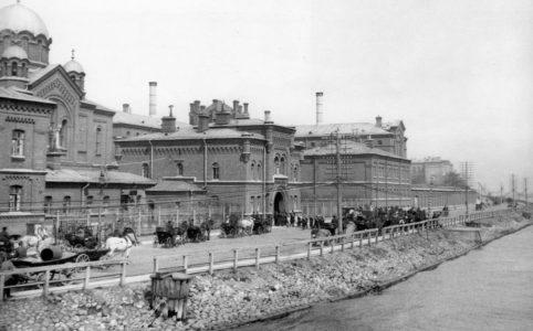 Общий вид здания тюрьмы «Кресты». Фото К. Буллы, 1908 г.