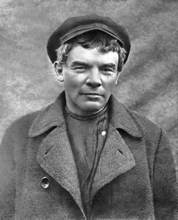 В. И. Ульянов (Николай Ленин) в гриме и парике. Август 1917 г.