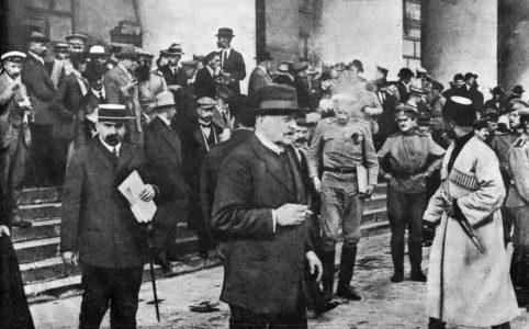 Члены государственного совещания выходят из Большого театра после заседания. 27-28 августа 1917 г.