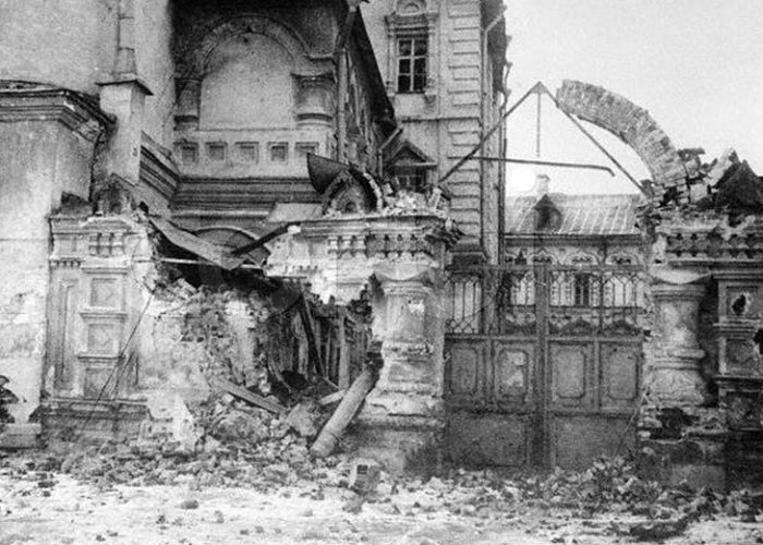 Ворота Синодальной конторы. После обстрела большевиками. 1917 г.