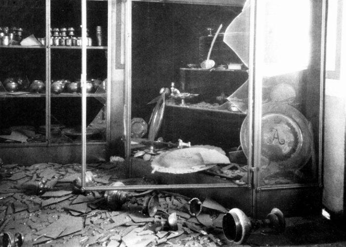 Оружейная палата после октябрьских боев в Москве. 1917 г.