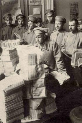 В редакции газеты «Известия». 1917 г.