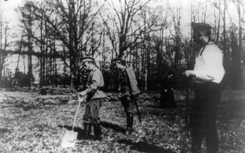 Николай II принимает участие в садовых работах. Фото май 1917 г.