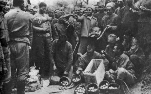 Раздача куличей и яиц в 9-й роте 9-го Гренадерского полка (Юго-Западный фронт). 3 апреля 1917 г.