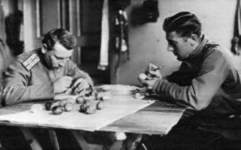 Приготовление к Пасхе на фронте. 1917 г.