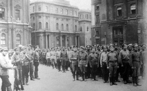 Солдаты 1-го пулеметного полка, разоруженные за участие в июльской демонстрации. 19 (6) июля 1917 г. ГАРФ.