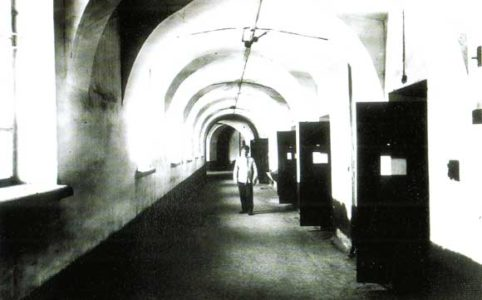 Надзиратель в коридоре тюрьмы Трубецкого бастиона. 1918
