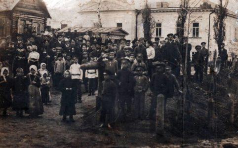 Народное гуляние у здания Городской управы. Погар. 1910-е гг. Источник: www.radohost.ru
