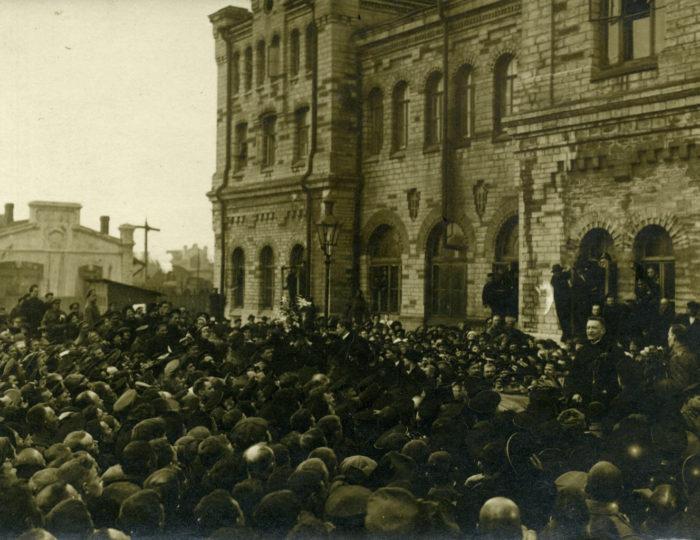Александр Керенский и Екатерина Брешко-Брешковская выступают на Балтийском вокзале в Ревеле. 22 (9) апреля 1917 г.