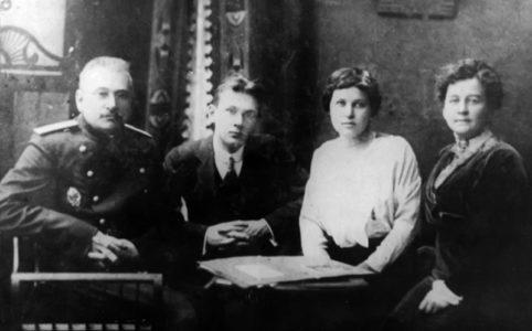 В .П. Кравков с женой и детьми в Москве. 1914 г.