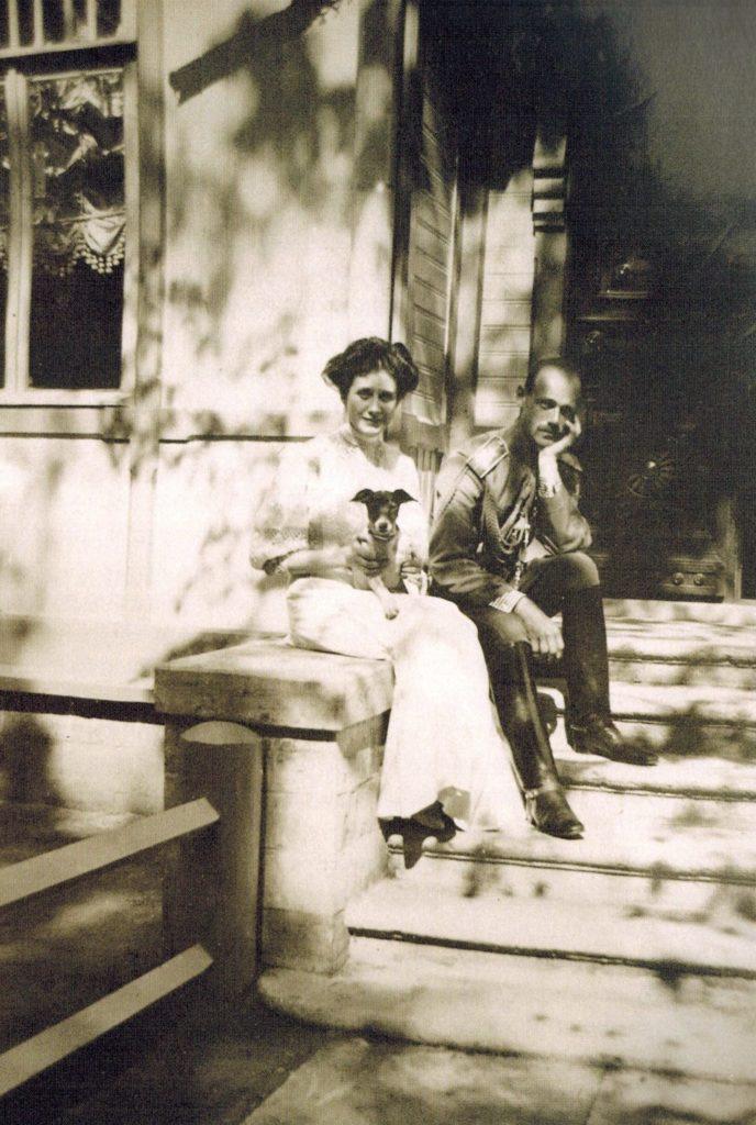 Наталья Брасова и Великий князь Михаил Александрович на крыльце дома Вульфертов на Багговутовской улице в Гатчине. 1908 г.