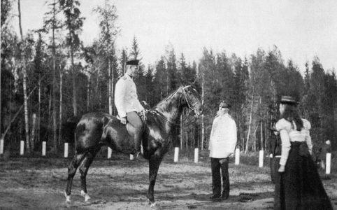 Великий князь Михаил Александрович в гатчинском Зверинце на лошади. 1899 г.