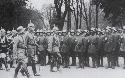 Кайзер Вильгельм II и командующий германской 8-й армией генерал пехоты О. фон Гутьер инспектируют штурмовую часть. 1917 г.