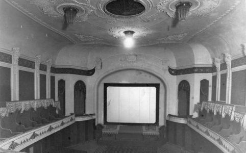 Кинотеатр. Вид зрительного зала с ложами и экраном.
