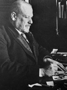 Михаил Родзянко в своем кабинете.