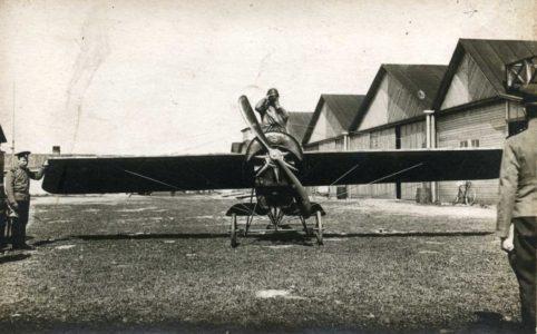 У ангаров аэродрома в Гатчине. 1914-1917 гг. Из фотоальбома прапорщика П. Авчухова.