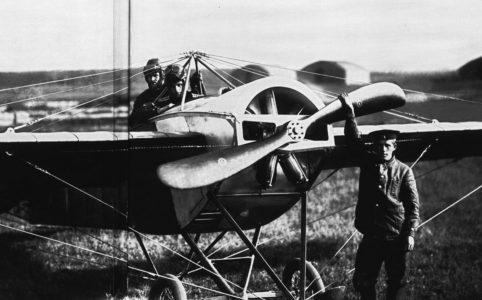Перед вылетом. Гатчинская авиашкола. Фото К. Буллы. 1913 г.