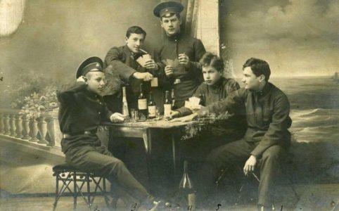 «Кутеж гимназистов». Открытка 1910-х гг.
