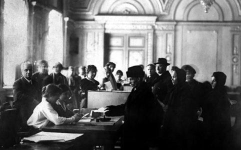 Голосование на избирательном участке во время выборов в Учредительное собрание. 1917 г.