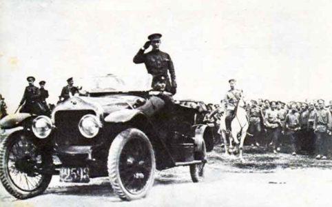 А. Ф. Керенский в автомобиле принимает парад войск на фронте. Июнь 1917 г.