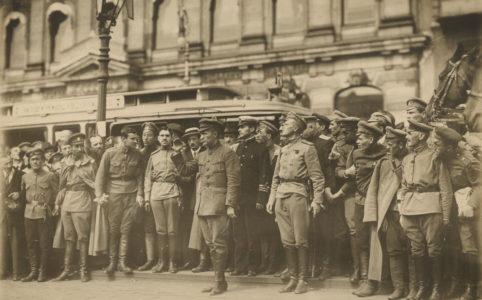 А. Ф. Керенский на торжественных похоронах казаков. Петроград. Июль 1917 г.