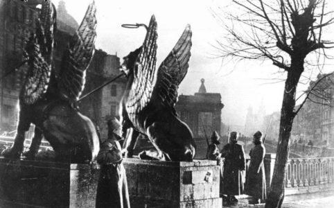 Петроград. Занятие банка красногвардейцами в дни Октябрьской революции. 1917 г.
