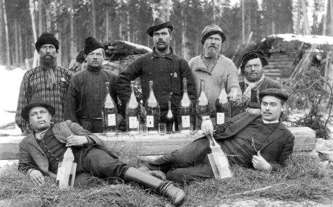 Любители водки на природе после введения Сухого закона. Фото 1910-х гг.