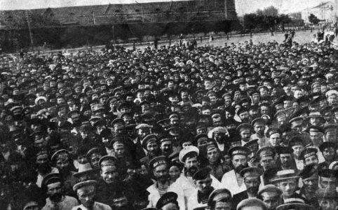 Граждане Кронштадта и мастросы слушают оратора на митинге. Июль 1917 г.