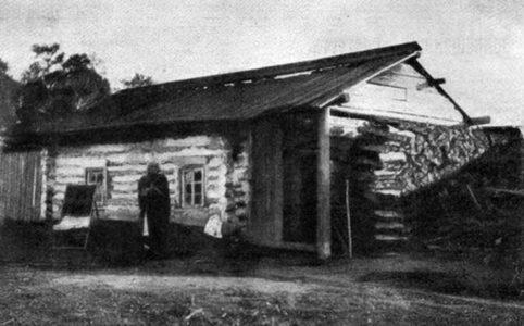 Бабушка русской революции Е. К. Брешко-Брешковская у своего домика в Минусинске.