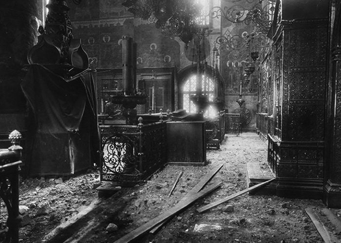 Интерьер Успенского собора после обстрела Московского Кремля. 1917 г.