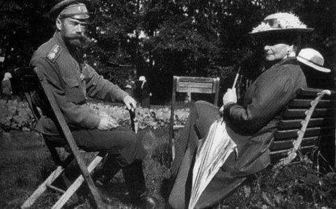 Николай II и Александра Фёдоровна в Царскосельском парке. 1917 г.