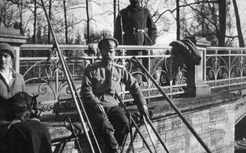 Николай II с великой княжной Татьяной Николаевной в Александровском парке. 1917 г.