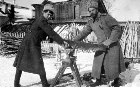 Цесаревич Алексей и Николай II в Тобольске.