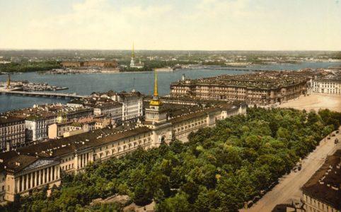 Вид на акваторию Невы, Адмиралтейство и Дворцовую площадь в Петербурге. Фото начала XX в.